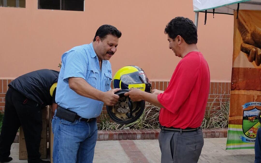 La PMT y MASESA entregan cascos a motoristas