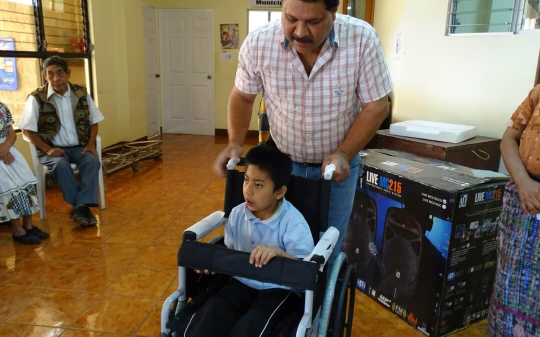 Entrega de bastones y silla de ruedas