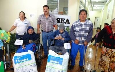 Una entrega mas de sillas de ruedas y bastones.